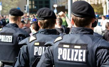 """Ging der """"Freund und Helfer"""" zu weit? Ein Polizist muss <br>  sich dafür verantworten, bei einem befreundeten Finanzberater <br> geheime Informationen gegen billige Aktien getauscht <br> zu haben. Quelle: Fotolia"""