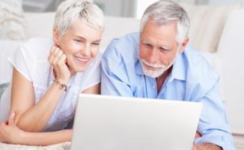 Bewohner eines Altenheims kaufen im Internet neue Kleidung. Quelle: Fotolia