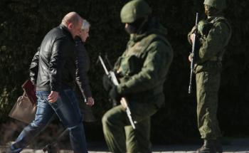 Menschen betreten ein Regierungsgebäude in Ukraine (Foto: Getty Images)