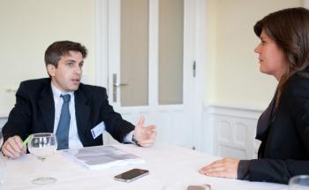 Xavier Hovasse im Gespräch mit Redakteurin Astrid Lipsky Foto: Christian Scholtysik