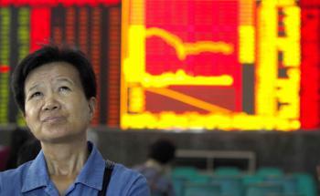 Skeptischer Blick: Eine Chinesin checkt Aktienkurse in <br>Wuhan. Quelle: Gettyimages