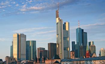 Die Wolkenkratzer in Frankfurt. Institutionelle <br>  Investoren ziehen Immobilien in Deutschland <br> und Europa vor. Quelle: Istock