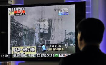 Ein Südkoreaner verfolgt die Ereignisse im Atomkraftwerk <br> Fukushima im Fernsehen. Quelle: Getty Images