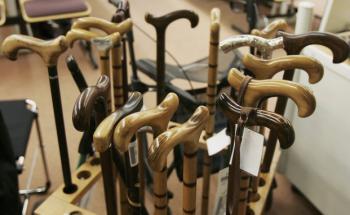 In einem speziellen Laden für Senioren werden Gehstöcke<br>verkauft. Dieses Unternehmen profitiert ebenfalls<br>vom demografischen Wandel.Quelle: Getty Images