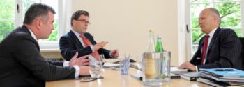 Jens Spudy (links) und Kurt von Storch, Flossbach & <br>von Storch (rechts), im Gespräch mit Redakteur <br>Malte Dreher. Quelle: Thomas Görny