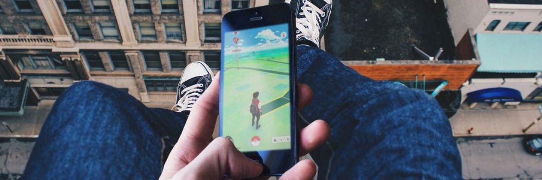 Gefährliche Pokémons: Wer sich durch Handyspiele ablenken lässt, sollte gut versichert sein. Auf rund 100 Millionen Euro schätzen Experten die Schäden weltweit. Foto: obs/Knip Deutschland GmbH