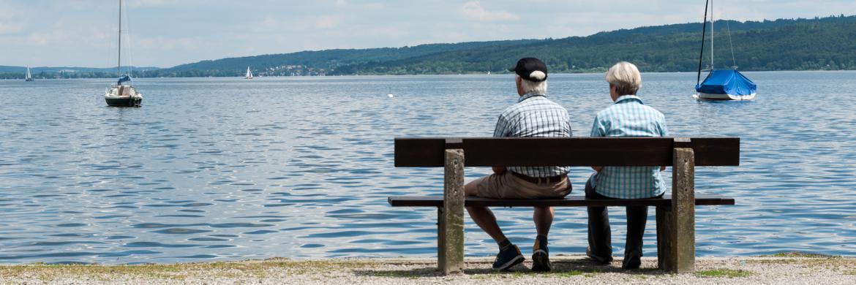 Zwei Rentner genießen den Ruhestand.