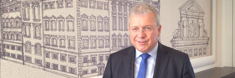 Vor dem Hintergrund des Augsburger Rathauses ließ sich Markus Ferber, Mifid-Berichterstatter des Europäischen Parlaments, im Rahmen des Münchner Finanzplaner Forums gern fotografieren: Ferber ist Bezirksvorsitzender der CSU in Augsburg