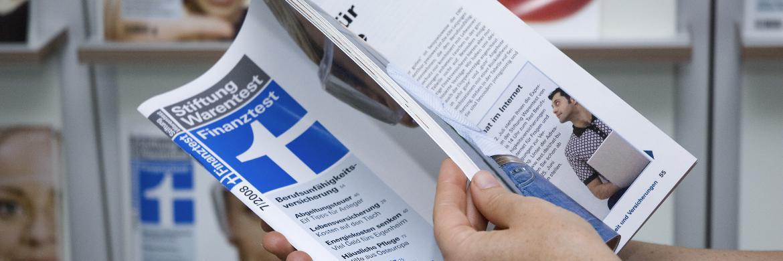 Ein Leser blättert in einem Finanztest-Heft.|© Stiftung Warentest