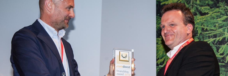 Matthias Helberg (re.) bekommt den Finanzblog-Award von Comdirect verliehen