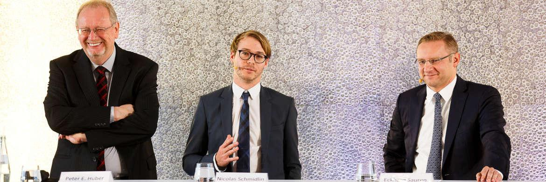 Peter E. Huber, Nicolas Schmidlin, Eckhard Sauren (v. li.) bei der Podiumsdiskussion © Sauren Fonds Service