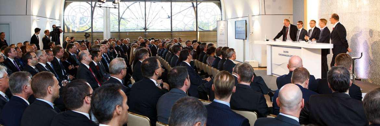 Peter E. Huber, Nicolas Schmidlin, Eckhard Sauren, Bernd Ondruch und Olgerd Eichler (v. li.) auf dem Sauren Fondsmanager-Gipfel 2016|© Sauren Fonds Service