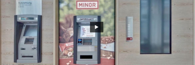 Geld oder Schoko?: Eine Raiffeisen-Bank-Filiale in der Schweiz hat beides|© Screenshot des Werbefilms der Raiffeisen-Bank Prättigau-Davos
