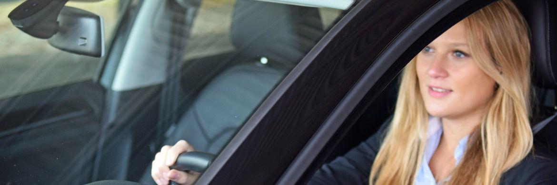 Junge Frau in einem Auto. Junge, gut verdienende Berufstätige verlassen sich bei ihren Finanzentscheidungen vor allem auf sich selbst|© Axa