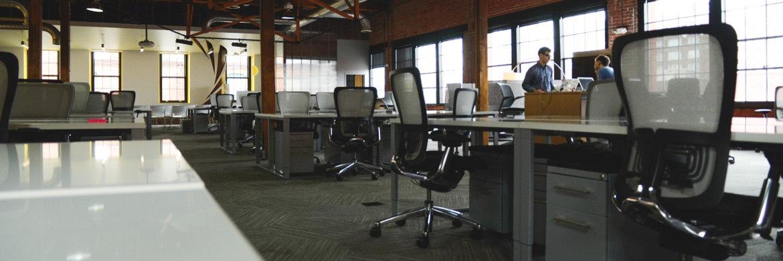 Arbeitsplätze in einem Coworking-Bereich|© startupstockphotos.com