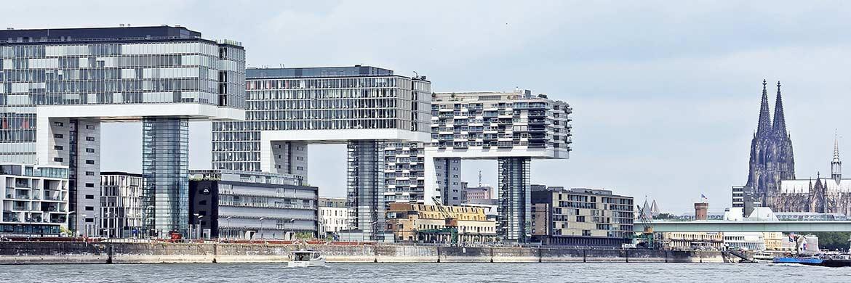 Kranhäuser im Kölner Rheinauhafen: Bürogebäude sind weiterhin gefragte Assets bei Immobilien|© Pixabay