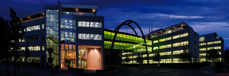 Das Gebäude der Targo-Versicherung in Hilden bei Nacht: Das Unternehmen zählt zu den zehn Gesellschaften, die die eingezahlten Beiträge am höchsten verzinsen|© Targo