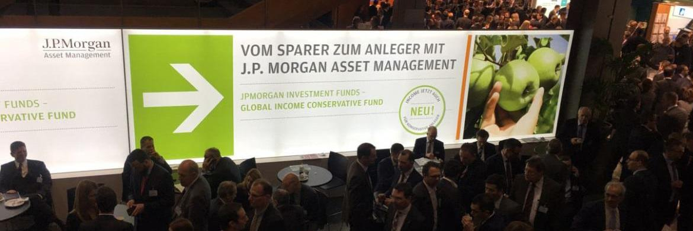 Werbetafel von J.P. Morgan auf dem Fondskongress 2017: Bei der Veranstaltung führte die Investmentgesellschaft eine Berater-Umfrage durch
