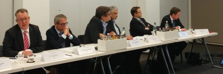 BCA-Vorstand Frank Ulbricht (links) mit Journalisten und BCA-Marketingleiter Mirko Faust (ganz rechts) auf dem BCA Pressedialog in Frankfurt|© Svetlana Kerschner