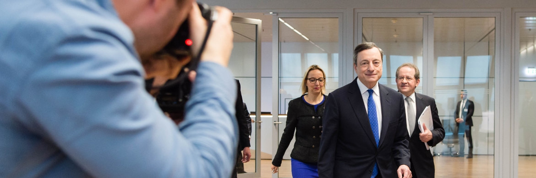 Mario Draghi (Mitte) auf dem Weg zur Pressekonferenz der Europäischen Zentralbank (EZB).|© European Central Bank