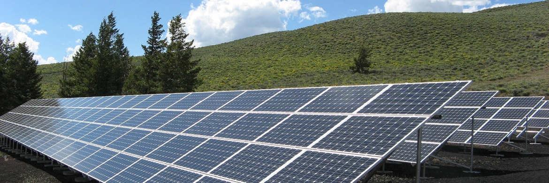 Moderne Batterien können dezentral produzierten Strom – etwa von Solarzellen – effizient speichern. Zudem machen sie den Strom mobil und können so Benzin und Diesel in Fahrzeugen ersetzen.|© pixabay.com
