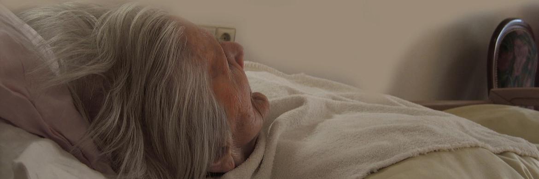 Pflegebedürftige Seniorin: Viele ältere Menschen sind mit der Pflege eines Angehörigen massiv überfordert