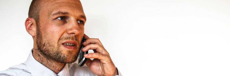 Gestresster Mann mit Telefon: Bankberater verspüren zunehmenden Druck am Arbeitsplatz|© Markus Spiske/raumrot.com