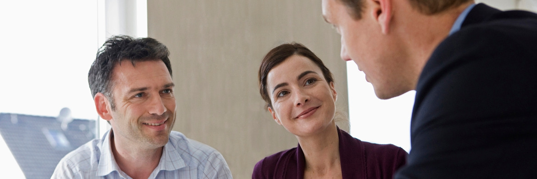 Beratungsgespräch. Bankkunden wollen auch in Zeiten der Digitalisierung einen persönlichen Ansprechpartner bei ihrer Bank haben|© Axa