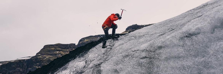Vorsichtige Schritte in den Alpen: Ein Bergsteiger sichert seinen Weg. Investoren können mit Währungs-Hedgings Kursschwankungen abfangen.|© Pixabay