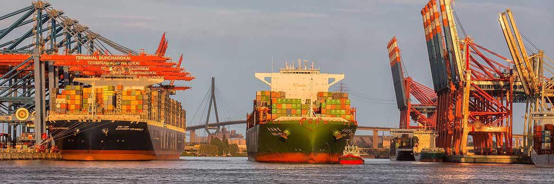 Containerschiffe im Hamburger Hafen: Umsätze mit Schiffsfonds finden fast ausschließlich auf dem Zweitmarkt statt. Künftig will die Fondsbörse auch im Erstmarkt mitmischen|© Hafen_Hamburg_Peter Glaubitt