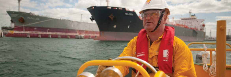 Bootsführer der Raffinerie Geelong in Australien: In den Ölsektor kommt wieder Dynamik|© Shell