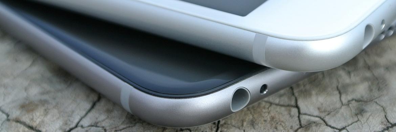 Zwei iPhones: Ab sofort können ING-Diba-Kunden ihre Versicherungsverträge auf dem Smartphone oder PC online verwalten