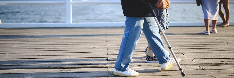Frau mit Krücke: Private Unfallversicherung mindert die Rente nach dem Opferentschädigungs-Gesetz|© pixabay.com