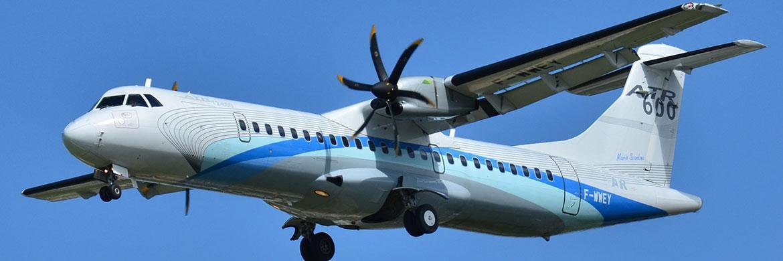 Hochdecker-Flugzeug mit Narrow Body und Propeller des Typs ATR 600|© Laurent Errera/CC-BY-SA-2.0/Wikmedia Commons