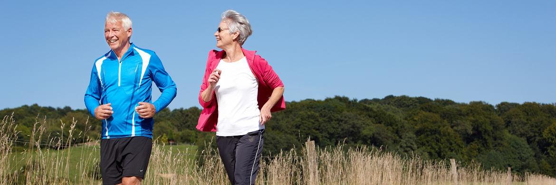 Älteres Paar beim Joggen. Eine Befragung von PwC hat ergeben, dass deutsche Verbraucher bei der Altersvorsorge vor allem sich selbst trauen, nicht aber ihrer Bank|© Axa