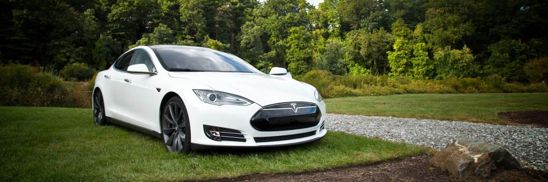 Der Elektroauto-Pionier Tesla ist derzeit an der Börse fast so teuer wie der deutsche Autobauer BMW.|© unsplash.com