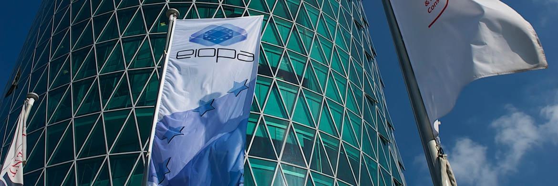 Flagge vor dem Gebäude der Versicherungsaufsicht Eiopa in Frankfurt
