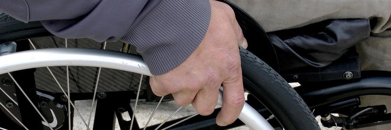 Rollstuhlfahrer. Die Arbeitskraft lässt sich mittels BU-Versicherung absichern|© Pixabay