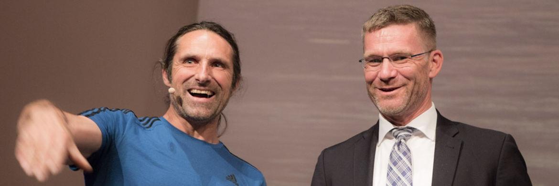 V-Bank-Vorstand Stefan Lettmeier (rechts) mit Gastredner und Extrembergsteiger Alexander Huber