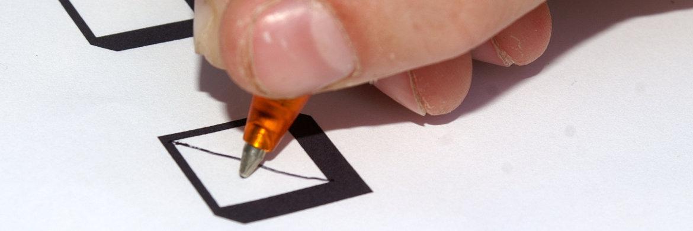 Immer sch&ouml;n das Kreuzchen an der richtigen Stelle machen: Bei der DZ Bank m&uuml;ssen F&uuml;hrungskr&auml;fte einen Digital-F&uuml;hrerschein ablegen&nbsp;|&nbsp;&copy; S. Hofschl&auml;ger/<a href='http://www.pixelio.de/' target='_blank'>pixelio.de</a>