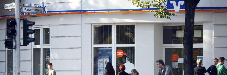 Kunden vor einer Volksbank-Filiale: 11 Volks- und Raiffeisenbanken und zwei weitere Finanzinstitute erheben Strafzinsen aufs Tagesgeld