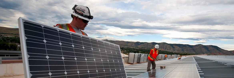 Arbeiter bei der Montage eines Photovoltaik-Moduls|© Pixabay