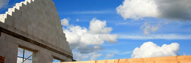 Haus im Rohbau. Wie sich eine nur ein Prozent höhere oder niedrigere Tilgungsrate bei Baukrediten auswirkt, illustriert ein Rechenbeispiel|© Rainer Sturm/<a href='http://www.pixelio.de/' target='_blank'>pixelio.de</a>