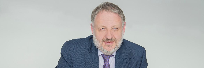 Peter Königbauer  arbeitet  seit  elf  Jahren  für   Pioneer Investments. Von Mün - chen  aus  leitet  er  zudem  seit   2013  das  Real-Assets-Team.   Königbauer begann seine Karriere vor über 30 Jahren als Derivatehändler an der Eurex. Im  Mai 2015 übertrug Pioneer ihm  das  Management  des  Pioneer   Investments Discount Balanced.