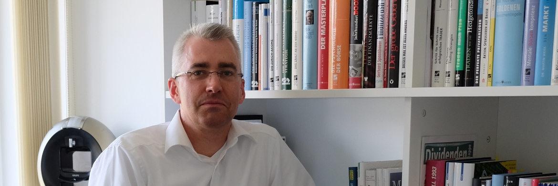 Roland Klotzsche startet seine Karriere 1994 bei der Dresdner Bank, wechselt später zur Deutschen Bank und zur ehemaligen Postbank Vermögensberatung. Bereits bei seinem zweiten Arbeitgeber ist Klotzsche selbstständig im Unternehmen tätig und wird rein erfolgsabhängig vergütet. Im Zuge der Finanzkrise kehrt Klotzsche 2009 dem Bankensektor den Rücken. Nach einem Abstecher zu einem Vermögensverwalter gründet er 2012 in Hannover das Unternehmen Faire Banker und berät seitdem als selbstständiger Honoraranlageberater unter dem Haftungsdach NFS Netfonds Financial Service.