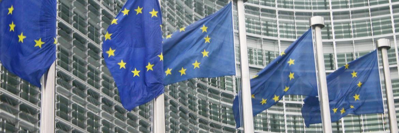 Europa-Flaggenvor dem Geb&auml;ude der EU-Kommission in Br&uuml;ssel. Die europ&auml;ische Finanzmarktrichtlinie Mifid II wirkt sich auch auf den anonymen Finanzprodukte-Handel aus&nbsp;|&nbsp;&copy; Schmuttel/<a href='http://www.pixelio.de/' target='_blank'>pixelio.de</a>