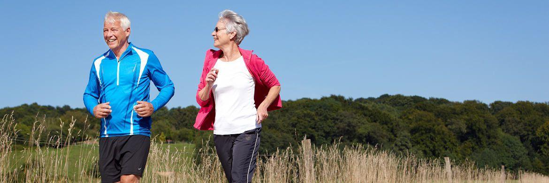 Älteres Paar beim Joggen. Senioren haben die Deutschland im Vergleich das meiste Geld zur Verfügung