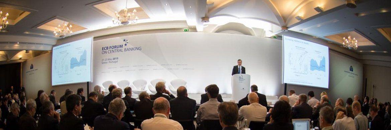 Jährliches Notenbanker-Treffen in Sintra, Portugal: Wegen einer 'deutlichen Unterauslastung der Wirtschaft und einer schwachen Geldmengen- und Kreditentwicklung' versucht die EZB seit 2015 die Inflationsdynamik mit neuen Maßnahmen zu befeuern|© EZB