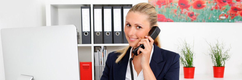 Frau am Telefon. Die Formulierung