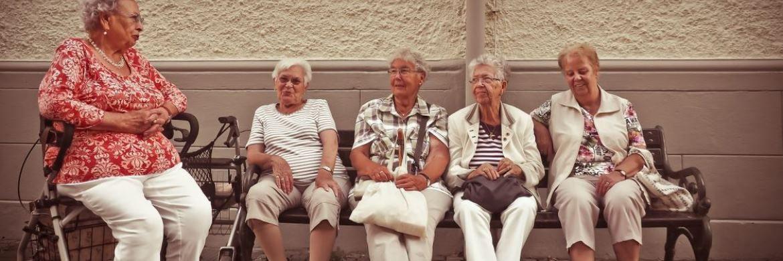 Rentnerinnen ruhen sich auf einer Bank aus: Oft ist ein angemessenes Pensionsniveau nur über private Vorsorge zu erreichen – beispielsweise über ETFs|© Pixabay